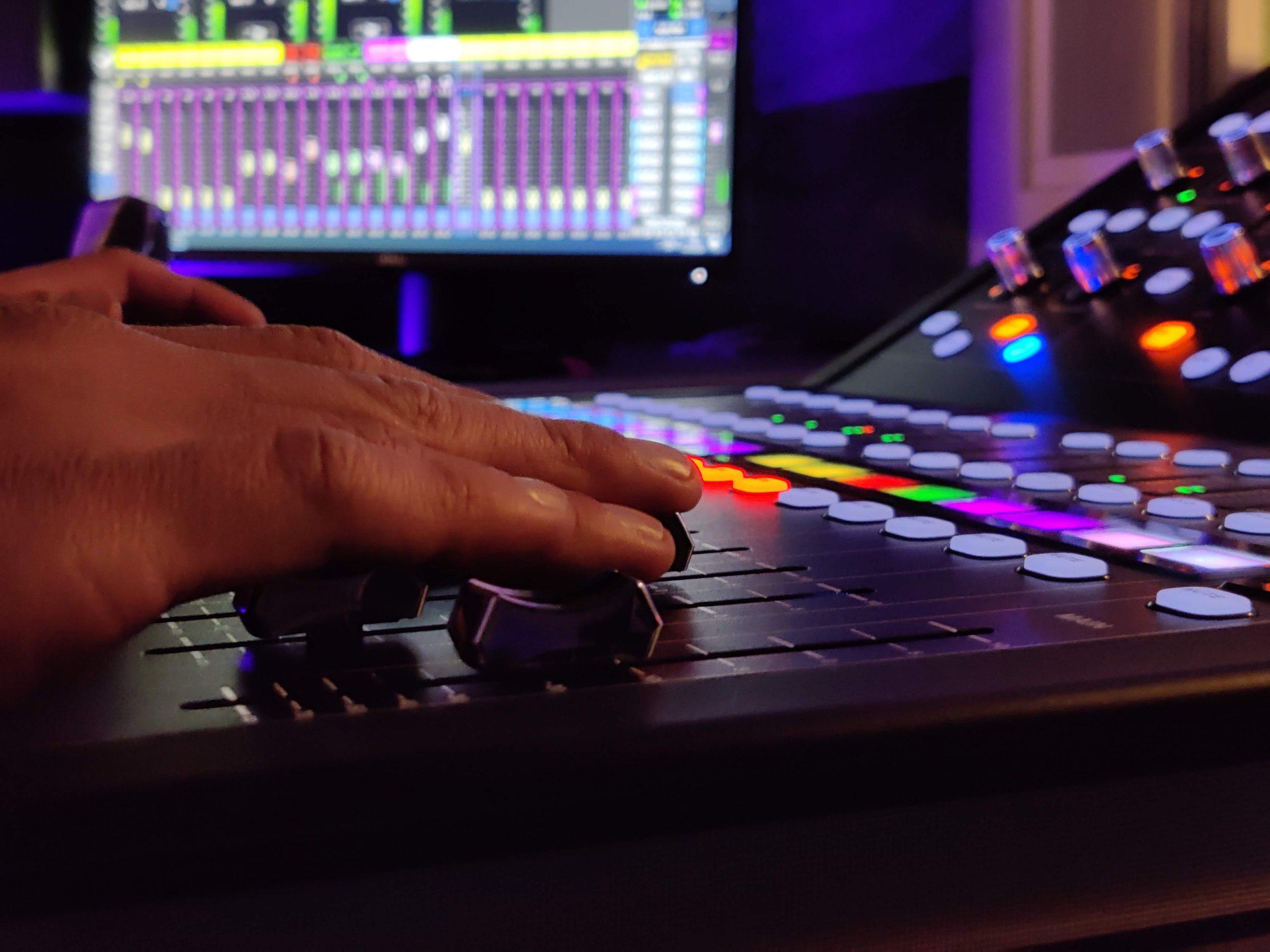 Foto di un mixer digitale in uno studio di registrazione